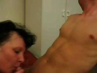 femme mure brune avec jeune homme