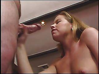 Tabitha Stern gibt einen guten Handjob, spricht schmutzig und nimmt viel cum