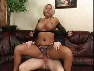 blonde Milf mit riesigen Titten in Netzstrümpfen SM65