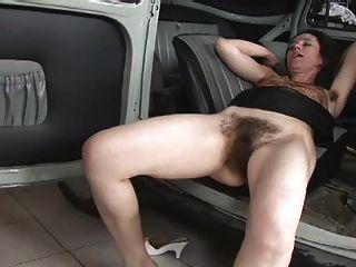 wirklich haarige Frau gefickt auf dem Auto