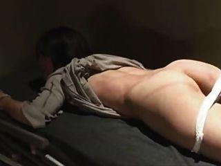 japanisch gebunden und im Gefängnis gepeitscht