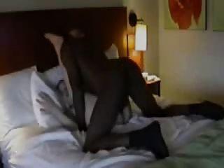 Mann Filme im Hotel mit schwarzen Frau