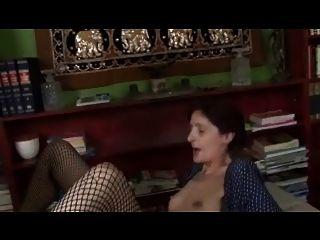dünne schlaffe winzigen Titties Oma in Netzstrümpfen fucks