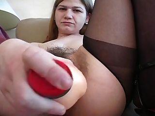 eine sehr haarige Pussy spielt mit Spielzeug und wird gefickt