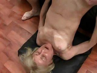 blonde Oma in Sex zu dritt von snahbrandy