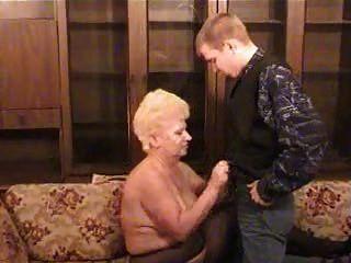 russische Großmutter mit einem Jungen