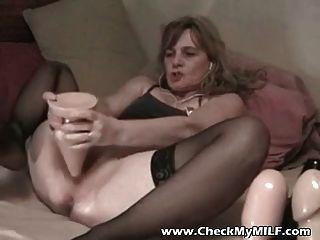 Amateur Frau mit riesigen Dildo in ihren Arsch