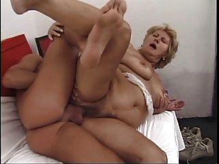 Oma liebt jungen Hahn