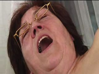 haarige Oma in den Gläsern Dildos verbreitet saugt und fickt