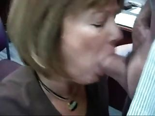 Frau Praxis im Büro macht den Meister