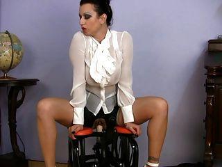 vollbusige MILF Sex Lehrer Reiten Sexmaschine bekleidet