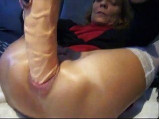 Amateur ihren Arsch mit riesigen Dildo Füllung