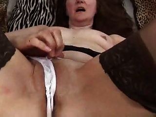 Ältere Mütter in Strümpfen Finger und Spielzeug