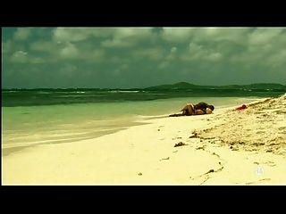junge blonde weiße Mädchen mit schwarzen Liebhaber am Strand - zwischen verschiedenen Rassen