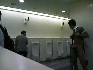 CMNM - Kerl in öffentlichen Toiletten masturbieren!