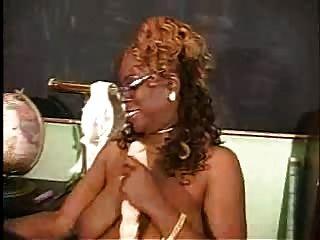 reife schwarze Frau mit ihrem Toyo