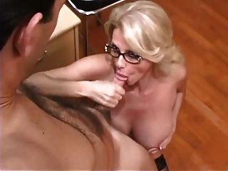 vollbusige reife Sekretärin wird im Büro gefickt