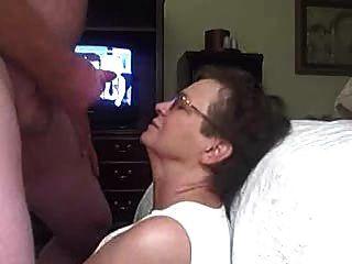 Oma bekommt eine Gesichts