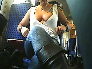 braless Schönheit reitet den Bus und blinkt ihre Brüste