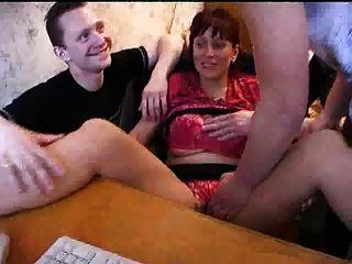 big titted haarige MILF hält ihre Jungen glücklich
