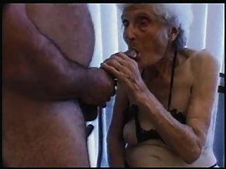 sehr sehr alte Hündin liebt Hahn