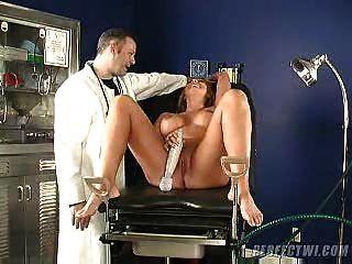 Arzt und sein Assistent kümmert MILF s Orgasmus