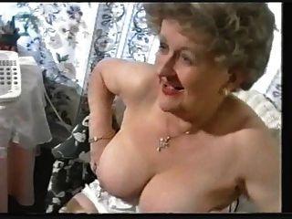 mollig alte Oma neckt in Strümpfe