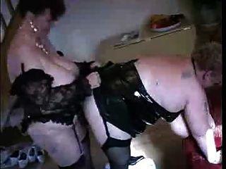 eine Oma fickt eine andere Oma