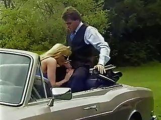 blonde MILF mit großen Titten im Auto ficken