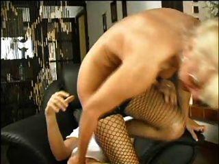 sexy Mutter 63 blonde Haare Ältere mit einem jungen Mann