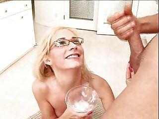 blonde trinkt einen Cocktail aus cremigen cum