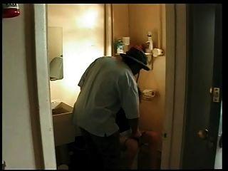 Frau von schwarzen Mann in Tankstelle Bad gefickt