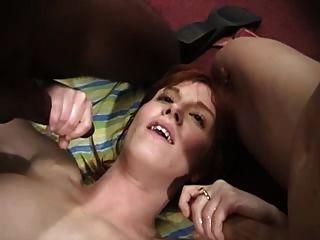 Rothaarige Reife Rubin in einem anal gangbang