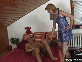 Schwiegermutter findet ihn masturbiert und bietet ihre Muschi