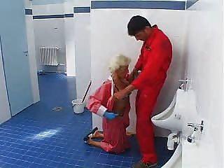 Junge zeigt reife Dame seinen Schwanz 1