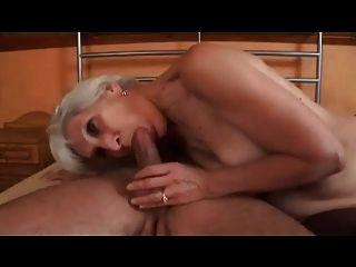 agil grauen Haaren Oma in Strümpfen fickt