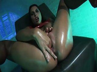 Latex Mädchen verwendet einen großen roten Dildo in die große o bekommen