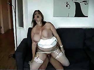 riesige Brüste zitterten, als sie gefickt