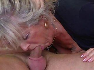 blonde Oma durch einen Zapfen ohne Knochen