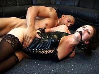 dänisch hottie anal mit ballgag und Latex sodomized