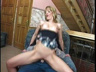 MILF nutzt ihren Arsch den Handwerker zu befriedigen