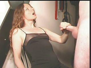 sie macht ihn auf ihrem Kleid cum