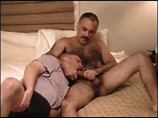 Saugen und Sperma von haarigen Schnurrbart Papa essen