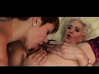 Oma und ihre Freundin haben eine gute lecken