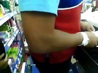 Tankstelle Schreiber bekommt einen bj hinter dem Tresen