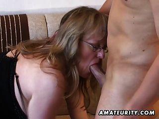 vollbusige Amateur MILF saugt und fickt mit Sperma auf Titten