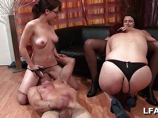 baise et Faust gießen ces trois femmes et un homme