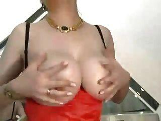 haarige Oma mit großen Titten in Strümpfen gefickt