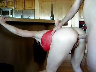 sexy reifen im roten Kleid wird in ihren Hintern gefickt