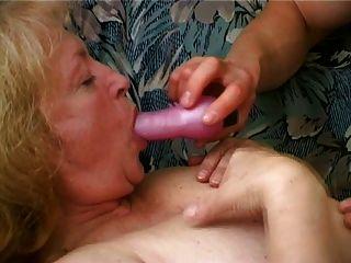 mollig Oma mag von ihrem Kinn cum Tropf